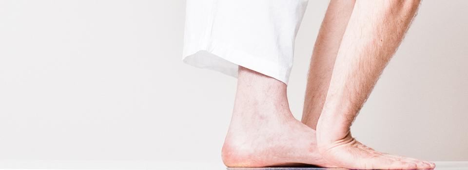 Seitansicht - Fuß und Hände nebeneinande Platziert - Yogahaltung