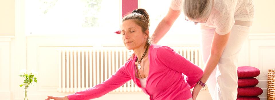 Cornelia gibt Unterstützung bei Yoga Übung