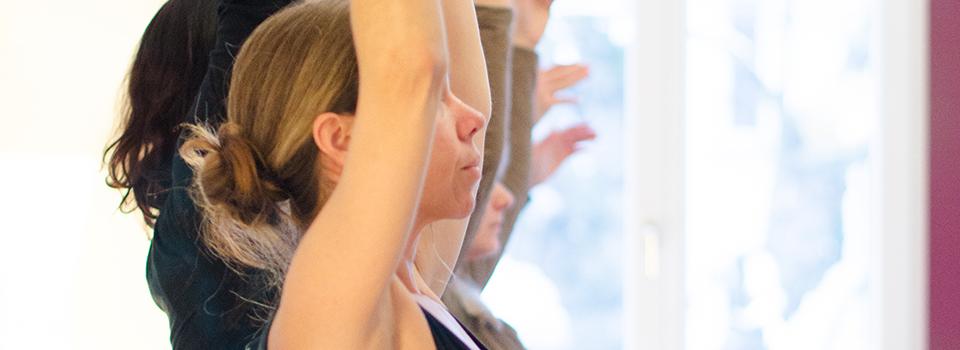 Themenbild - Personengruppe in Yogahaltung. Arme nach Oben gestreckt, Seitansicht,