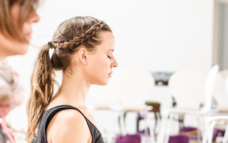 Kopfzeilenbild - Frau mit geschlossenen Augen bei Yogaübungen