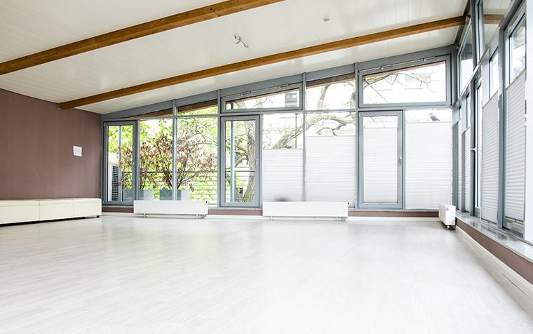 Räumlichkeiten für Yogalehrausbildung in Frankfurt im Vitaliq - Großer Heller Raum mit Fensterfront