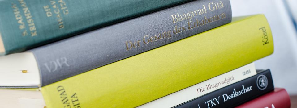 Bücher, gestapelt für Yogalehrausbildung in Frankfurt